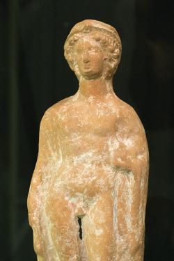 Chlapec (pais), drobná terakota, 420–400 před. n. l. Národní muzeum museum v Praze (nevystavuje se). Kredit: Zde, Wikimedia Commons.
