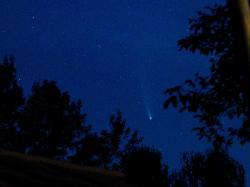 Slábnoucí kometa na jižním okraji Velké Medvědice (= dost hluboko pod Velkým Vozem) a výřez 1:4. Foceno ze Srb u Plzně 22. 7. v 22:45, čas 0,3 s; 50 mm / 1,8; ISO 9000 ASA.