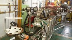 Obr. 2 Experiment na mikrotronu MT-25. Náramek se zkoumá celý a nemusí se z něj odebírat vzorek. Při studiu tak není poškozen. (Zdroj ÚJF AVČR)