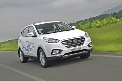 Hyundai ix35 s pohonem na vodíkové články vCopenhagenu v Dánsku jezdí již od loňského roku. Toto SUV zrychluje z 0-100 km/h za 12,5 sekund. Maximální rychlost je 160 km/h. Dvě nádrže s kapacitou 5,64 kg jsou umístěny mezi zadními nápravami. Teoretický dojezd 594 km. Hyundai je vyrábí v Jihokorejské továrně v Ulsanu. (Kredit: hyundai.presscorner.ch)