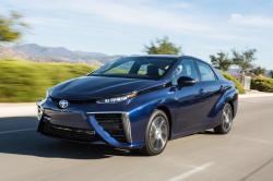 První se sériově vyráběným vozem s palivovými články přišla na trh Toyota modelem Mirai. Blok palivových článků a trakční baterie pohání střídavý synchronní elektromotor poskytující 335 N.m. Maximální rychlost 179 km/h. Z nuly na 96 kh/h to zvládá za 9 s. Zásoba 5 kg vodíku je uskladněna ve dvou karbonových zásobnících o celkovém objemu 122,4 litrů. Nádrže mají být schopny odolat i střele z ruční palné zbraně. Náplň má  teoreticky stačit na 700 km, prakticky to ale bude jen okolo 500km.  (Kredit: www.toyota-media.de)