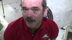 Kanadský astronaut Chris Hadfield předvádí další efekt stavu beztíže na oči. Slzy se člověku nezkutálí po tváři, ale vytvoří kolem oka vodní bublinu.  Zdroj: http://i.ytimg.com/