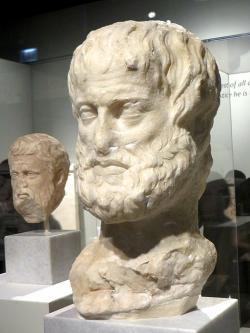 Aristotelés. Římská kopie sochy z konce 4. století před n. l. Národní archeologické muzeum v Athénách. Kredit: Eden, Janine and Jim, Wikimedia Commons.