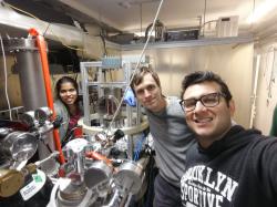 Tým experimentátorů s Václavem Hanusem (vprostřed) s tzv. reakčním mikroskopem, pomocí kterého byl rozpad vodíku měřen.