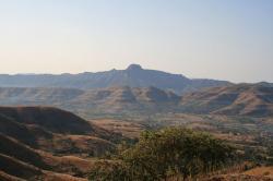 Dekkánské trapy v Indii jsou památkou na dávnou enormně silnou sopečnou činnost, která na přelomu křídy a paleogénu významně zasáhla do klimatických podmínek na naší planetě. Nikoliv ale tak, jak se domnívala většina badatelů na konci 20. století. Ve skutečnosti tyto výlevné sopky svojí dlouhodobou činností poněkud zmírňovaly drastické účinky dopadu planetky před 66 miliony let. Kredit: Kppethe, Wikipedie (CC BY 3.0)