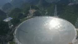 Největší radioteleskop světa FAST. Kredit: Absolute Cosmos / Wikimedia Commons.
