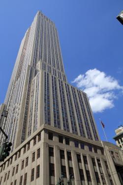 Ohromná budova Empire State Building je s celkovou výškou 443 metrů stále jednou z pěti nejvyšších budov ve Spojených státech. Při dopadu planetky Chicxulub bylo do vzduchu vyhozeno tolik prachových částic, že by vydaly svým objemem na 211 000 těchto mrakodrapů. Kredit: Ingfbruno, Wikipedie (CC BY-SA 3.0)