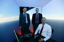 Zleva Nick Ernest a David Carroll zPsibernetixu, před nimi sedící plukovník Gene Lee. Kredit: Lisa Ventre, University of Cincinnati
