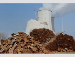 Bourání chladících věží elektrárny Jaslovské Bohunice V1 a třídění železného odpadu (zdroj JAVYS)