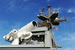 Kontinuální laserový systém LaWS na lodi USS Ponce. Kredit: US Navy.