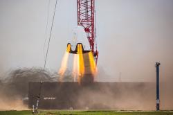 Testy motorů kosmické lodi Dragon. Kredit: SpaceX.