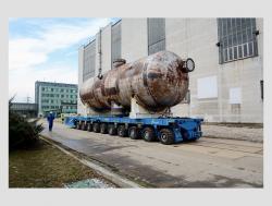 Převoz prvního parogenerátoru zelektrárny Jaslovské Bohunice V1 na skladovací místo pro následnou fragmentaci (zdroj JAVYS).