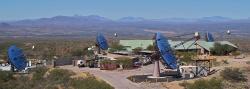 Soustava gamateleskopů VERITAS. Kredit: VERITAS / Wikimedia Commons.