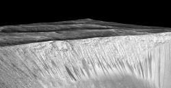 Pětkrát výškově protažený snímek kráteru Garni, kde jsou vidět stopy po tekoucí vodě. Zdroj: http://www.nasa.gov/