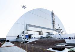 Pohled na nový sarkofág Oblouk zasunutý nad zničený čtvrtý blok Černobylské jaderné elektrárny (zdroj Černobylská jaderná elektrárna).