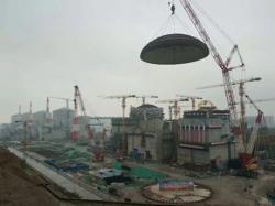 Instalace kopule šestého bloku elektrárny Tchien-wan (zdroj CNECC).