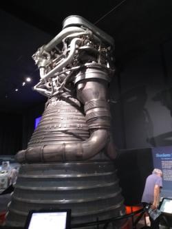 Pro srovnání původní motor F-1 rakety Saturn 5 připravovaný pro Apolla 16, který se ale nakonec nepoužil, na výstavě k výročí Apolla 11 v Leteckém muzeu Seattle (zdroj Vladimír Wagner).