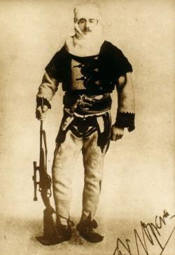 Franz Nopcsa v uniformě albánského vojáka (snímek z roku 1915). Za první světové války působil jako špion pro Rakousko-Uhersko. Zdroj: Wikipedie