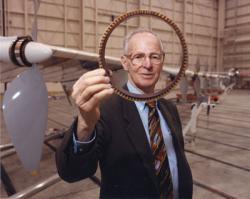 Americký letecký inženýr Paul MacCready, který se podílel na výrobě první funkční repliky velkého ptakoještěra. Kromě toho byl také průkopníkem ve vývoji leteckých technologií a zakladatelem společnosti AeroVironment Inc. (1971). Kredit: Tom Tschida, NASA (převzato z Wikipedie)