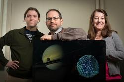 Paulette Clancy vpravo, Jonathan Lunine uprostřed. Kredit: Jason Koski / University Photography.