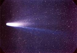 """Snímek jedné z nejslavnějších vlasatic, krátkoperiodické Halleyovy komety (pořízen dne 8. března 1986). Je možné, že to byla právě některá z jejích dávných """"sester"""", kdo přivodil na konci křídy zánik neptačích dinosaurů a s nimi také dalších 75 % tehdejších druhů? Minimálně dva vědci už se domnívají, že tomu tak skutečně je. Kredit: NASA/W. Liller – NSSDC's Photo Gallery (NASA); Wikipedia (volné dílo)"""