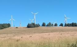 V Jizerkách zatím není větrných turbín příliš a jsou spíše menší, s narůstajícím počtem však bude odpor proti jejich další výstavbě narůstat. Pár větrníků je zajímavý pohled, pokud je však v turistické oblasti turbína všude, kam se podíváš, stává se to problémem. (Foto Vladimír Wagner).