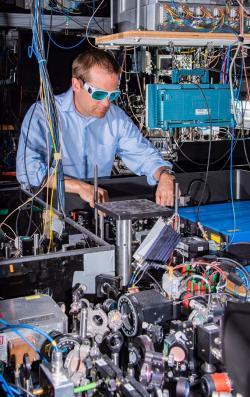 Andrew Ludlow sjedněmi zexperimentálních atomových hodin. Kredit: Burrus/NIST.