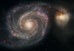 – Splývání Vírové galaxie M51a s doprovodnou galaxií M51b. Velikostí jsou podobné Mléčné dráze a Velkému Magellanovu mračnu. Kredit: NASA, ESA, S. Beckwith (STScI), and The Hubble Heritage Team (STScI/AURA).
