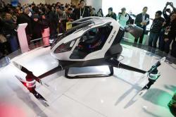 Dron EHang 184 na veletrhu CES International budil u návštěvníků zájem. Každý se chtěl přesvědčit, zda je kokpit dostatečně prostorný a Číňané to s přepravou osob myslí vážně. (AP Photo / John Locher)