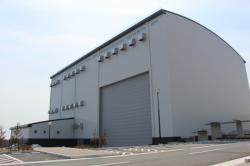 Právě dokončená budova pro testování technologií pro dálkově ovládané roboty a automaty nového výzkumného centra, které se buduje ve městě Naraha (zdroj JAEA).