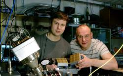 Winfried Hensinger (vpravo) při výrobě prototypu. Kredit: University of Sussex.