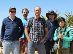 Nathan Gabor uprostřed svých kolegů. Kredit: QMO Lab.