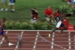 """Ve své době (1996) ohromil celý atletický svět Michael Johnson se svou """"dvoustovkou pro 21. století"""". Jeho světový rekord 19,32 sekundy vydržel až do roku 2008, kdy jej na Olympijských hrách v Pekingu překonal Usain Bolt. Přesto drží Johnson stále neoficiální světový rekord v nejrychleji zaběhnuté druhé (letmé) stovce trati, a to za 9,20 sekundy. Kredit: WebSolecollector.com"""