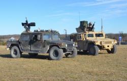 Dvojice Humvee programu Wingman. Kredit: U. S. Army.