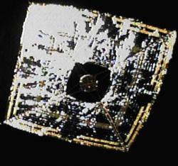 Japonská solární plachetnice IKAROS po roztažení plachty na oběžné dráze.  Zdroj: http://www.technovelgy.com/