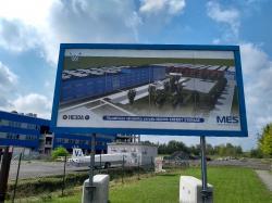 Informační tabule ukazuje, že jsem u staveniště továrny MES (Magna Energy Storage) (zdroj V. Wagner).
