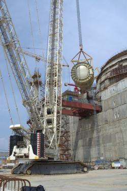 Instalace reaktorové nádoby v Novovoroněžské jaderné elektrárně (zdroj Rosatom).
