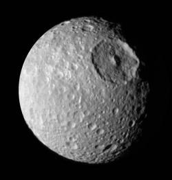 Saturnův Mimas je ukázkou tělesa, které se zdá být geologicky zcela mrtvé (NASA/JPL)