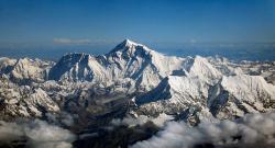 Pohled na nejvyšší horu našeho světa, himalájský Mount Everest. Celé lidské dějiny by oproti její nadmořské výšce (coby době existence naší planety) představovala jediná sněhová vločka. Kredit: Shrimpo1967, Drukair, převzato z Wikipedie