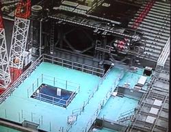 Konstrukce, která ponese zařízení pro manipulaci s palivovými soubory, byla usazena na svém místě na patře s bazénem pro vyhořelé palivo třetího bloku (zdroj TEPCO).