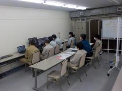 Kontrolní místnost, kde se sledovala činnost robota (zdroj TEPCO).
