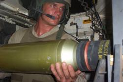 Nabíjení munice do kanonu M256 tanku Abrams. Kredit: U. S. Army.