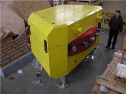 Magnet, který v SHE factory distribuuje svazek k jednotlivým experimentálním zařízením před instalací (zdroj JINR Dubna).