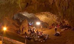 Základňa záchranárov vo vstupe do jaskyne Tham Luang. Kredit: NBT news report, CC BY 3.0