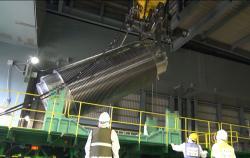 Nakládání kontejneru s palivovými soubory ze čtvrtého bloku na tahač (zdroj TEPCO).