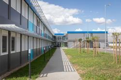 Nové administrativní centrum pro 300 pracovníků v bezprostřední blízkosti budoucí stavby jaderných bloků Paks II bylo uvedeno do provozu v červenci 2021 (PAKS II Ltd).