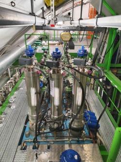 Nové turbíny a tepelné výměníky, které byly instalovány do heliových chladících jednotek (zdroj CERN).