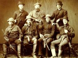 Vědecká výprava do terénu tehdy ještě nebezpečných pustin Velkých plání se v 70. letech 19. století podobala spíše trestné výpravě či vojenské expedici. Dostatečné množství palných zbraní bylo ale v době indiánských válek nutností. Zde O. C. Marsh (nahoře uprostřed), rok 1872. Zdroj: Wikipedie