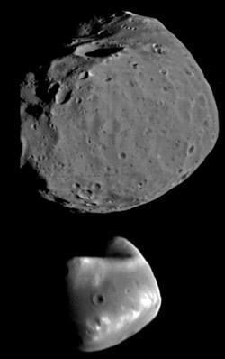 Nahoře Phobos, dole Deimos. Kredit: NASA.