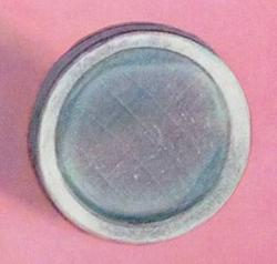 Tenký film polonia na disku znerezové oceli. Kredit: Ralph E. Lapp / Wikimedia Commons.